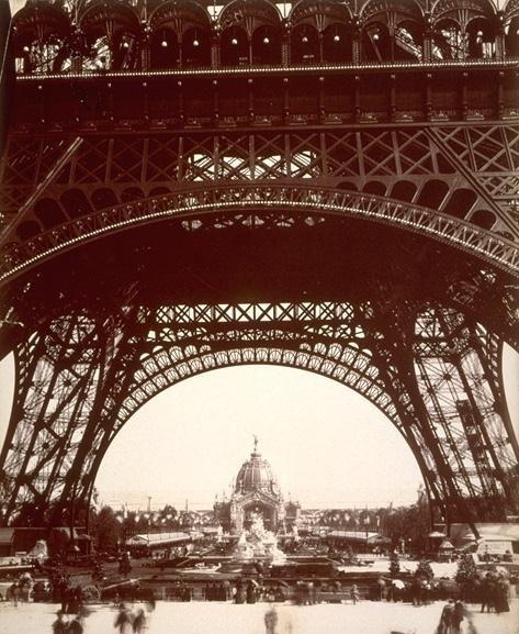 Sous la tour Eiffel exposition 1889